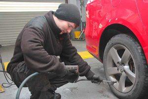 Adjusting the tyre pressure